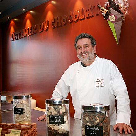 Chocolatier Serge Andrieu dans son musée du chocolat à Bayonne Createur des bouquets de chocolat, plaques de chocolat aux differentes saveurs vendus dans un sachet en forme de bouquet.